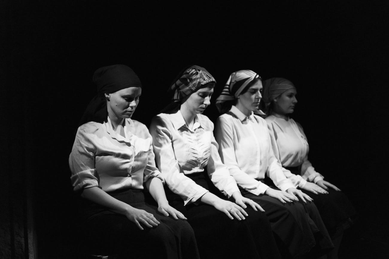 Theatrical photograph of actresses on the theatre stage, Barbara Polajnar, Tina Podbevšek, Tamara Zaner, Rebeca Jazbinšek, Ema, Kolektiv ZIZ, Narodni dom Maribor, Maribor, Slovenia